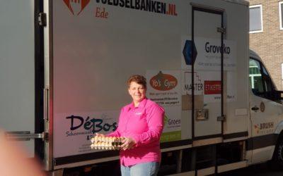 Pluimveehouders doneren eieren bij de voedselbank
